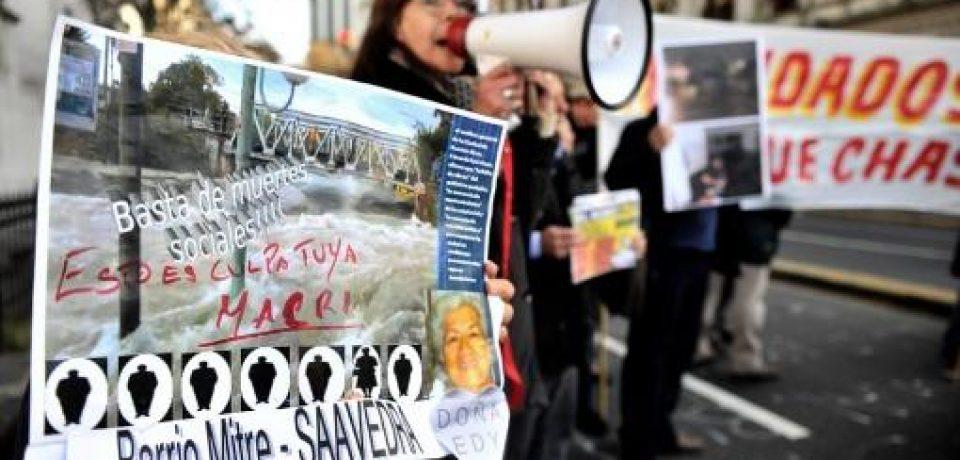 VECINOS INUNDADOS MARCHAN RECLAMANDO LA AYUDA PROMETIDA POR EL GOBIERNO