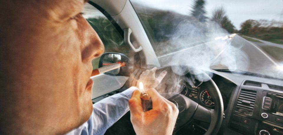 QUIEREN PROHIBIR FUMAR MIENTRAS SE CONDUCE