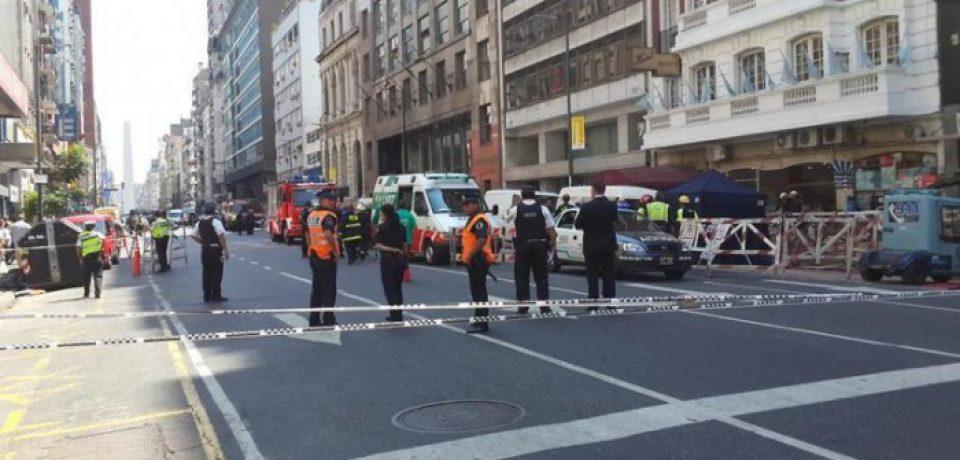UN MUERTO Y TRES HERIDOS POR LA EXPLOSIÓN DE UNA CÁMARA DE LUZ EN MICROCENTRO