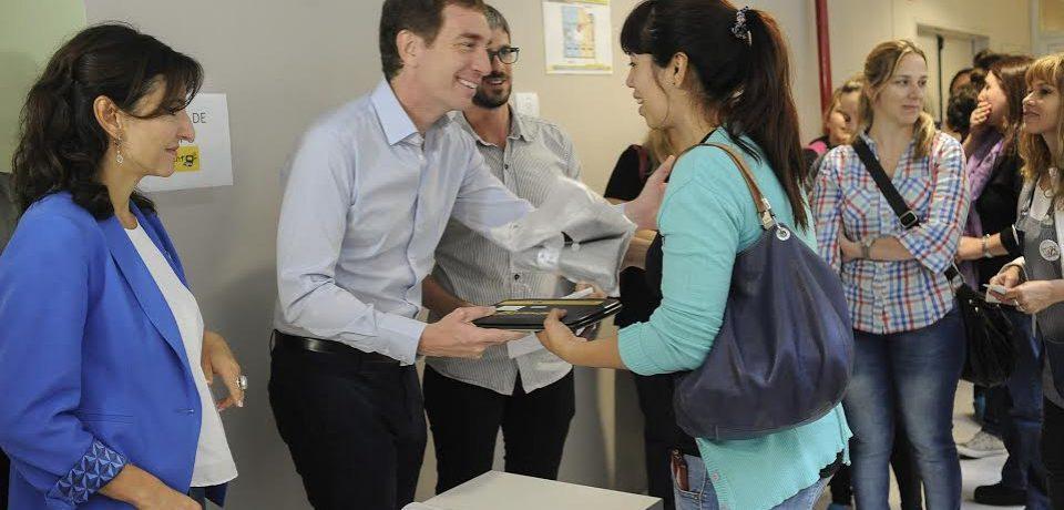 Santilli y Acuña entregaron notebooks a docentes por el Plan Sarmiento