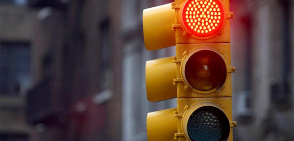 Faltan semáforos