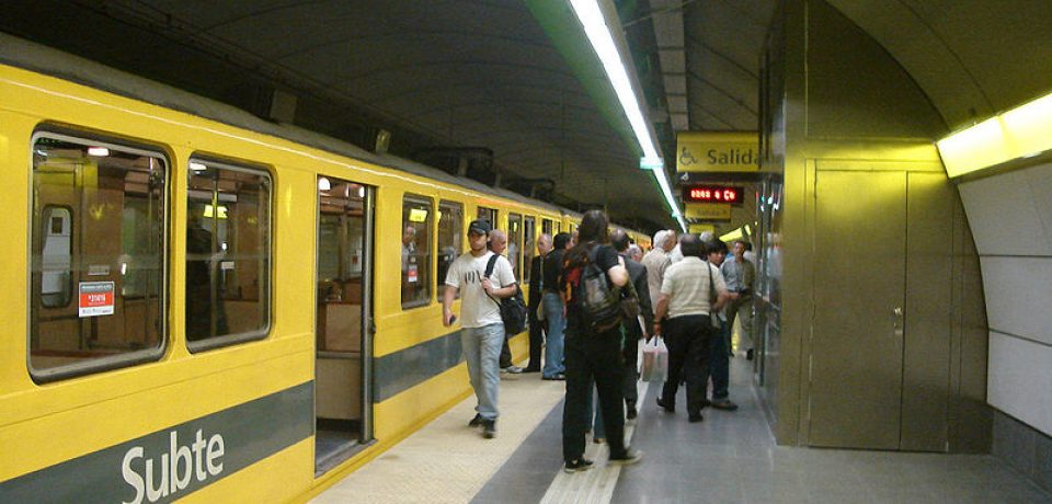 800px-Buenos_Aires_-_Subte_-_Once_1