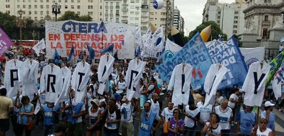 Docentes se movilizaron en contra de la pérdida del salario