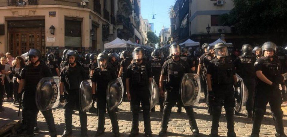 Violenta represión a los artesanos en San Telmo