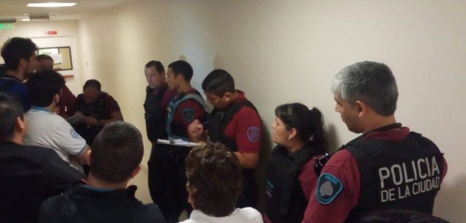 La policía detuvo a trabajadores durante una asamblea gremial en la que se rechazaban despidos